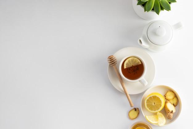 Zwarte thee met citroen en honing op een wit. hete theekop geïsoleerd, bovenaanzicht plat lag. plat leggen. herfst, herfst of winter drankje. copyspace.
