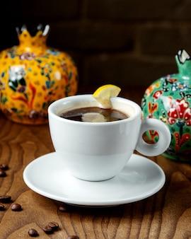 Zwarte thee met citroen in een kopje