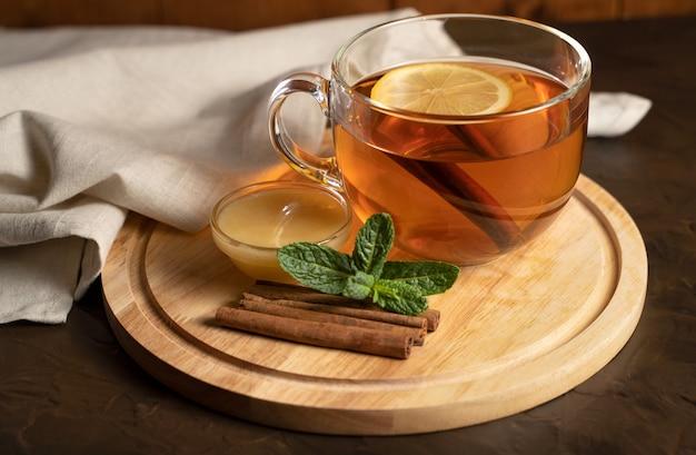 Zwarte thee met citroenen in een transparante beker