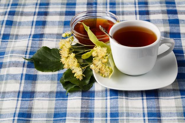 Zwarte thee met geneeskrachtige kruiden en lindebloesem