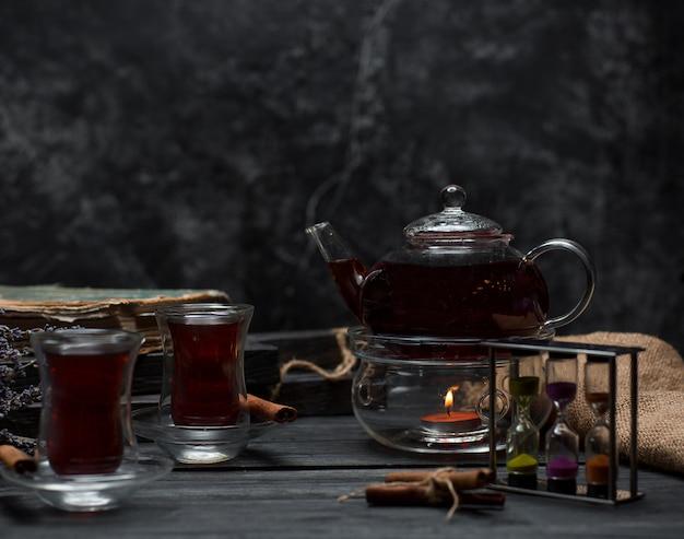 Zwarte thee op de tafel