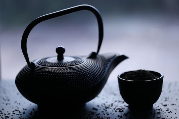 Zwarte theepot in oosterse stijl