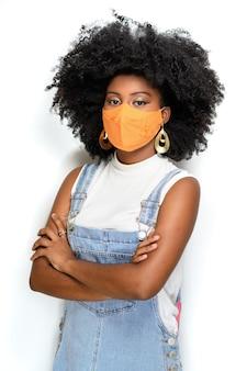 Zwarte tiener die gezichtsbeschermingsmasker draagt tegen covid 19 geïsoleerd op een witte achtergrond