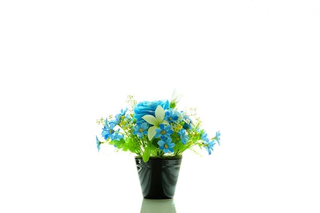 Zwarte vaas met blauwe plastic bloem die op witte achtergrond wordt geïsoleerd