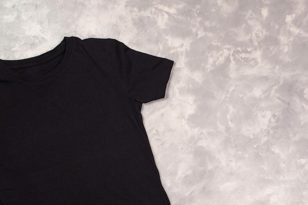 Zwarte verf t-shirt met kopie ruimte. t-shirtmodel, platliggend.