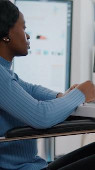 Zwarte verlamde ongeldige gehandicapte werknemer in gesprek met externe manager