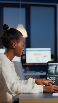 Zwarte video-editor werkt overuren bij nieuw project