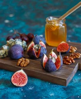 Zwarte vijgen met blauwe kaas en honing, noten