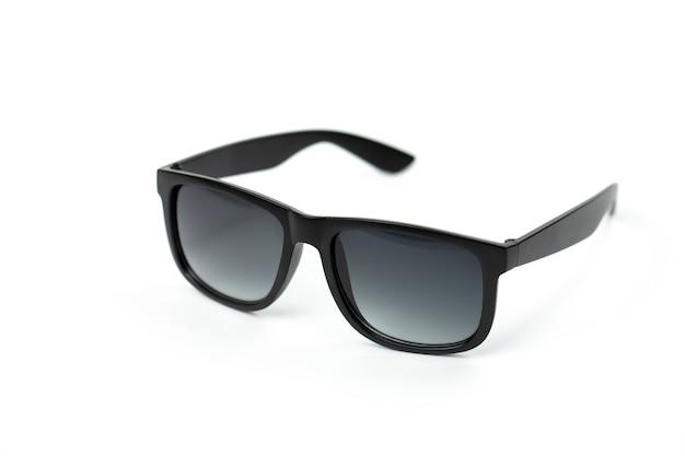 Zwarte vintage bril geïsoleerd op een witte muur