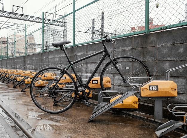 Zwarte vintage fiets buitenshuis