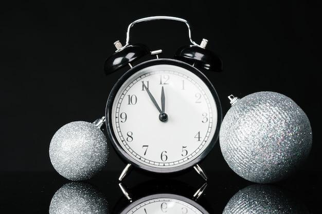 Zwarte vintage wekker met kerstballen