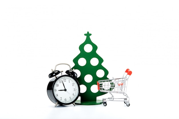 Zwarte vintage wekker, winkelwagentje en kerstboom