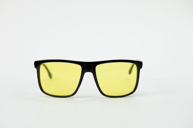 Zwarte vintage zonnebril met oranje bril geïsoleerd op wit