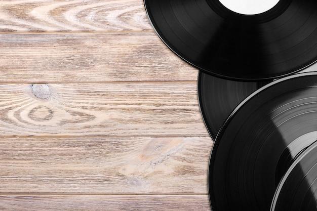 Zwarte vinylplaten op de houten tafel, selectieve aandacht met kopie ruimte. bovenaanzicht