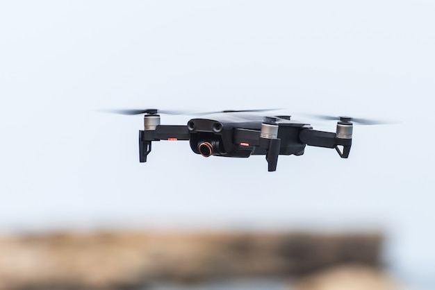 Zwarte vliegende drone in de lucht