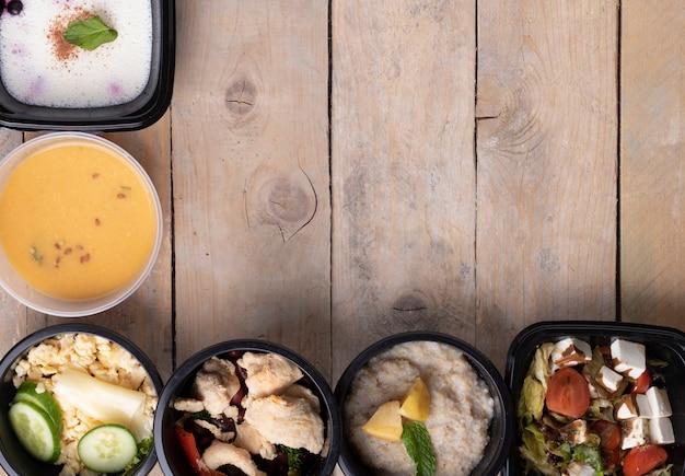 Zwarte voedseldozen, uitgebalanceerd dieet voor de gezondheid.