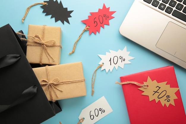 Zwarte vrijdag. online shopping concept met geschenkdoos op blauw. bovenaanzicht