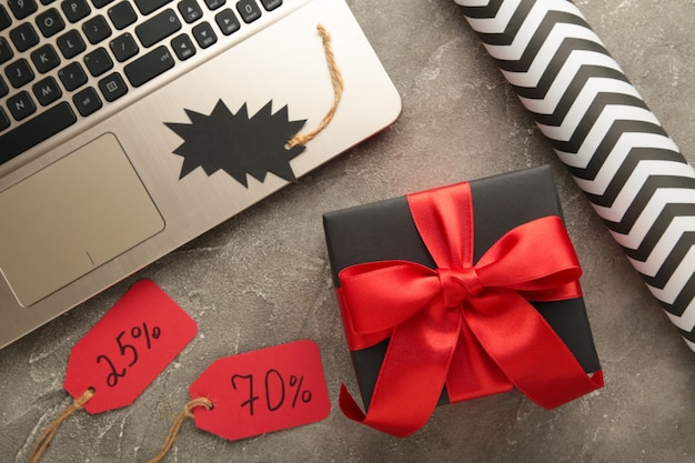 Zwarte vrijdag. online shopping concept met geschenkdoos op grijs. bovenaanzicht