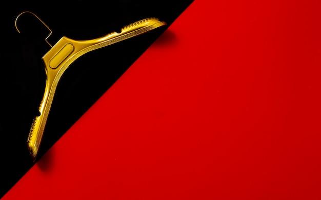 Zwarte vrijdag, rood-zwarte achtergrond, met kleerhangers