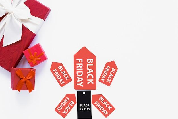 Zwarte vrijdag tag en stickers in de buurt van geschenken