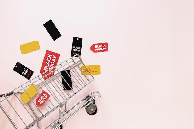 Zwarte vrijdag tags en stickers in de buurt van winkelwagen