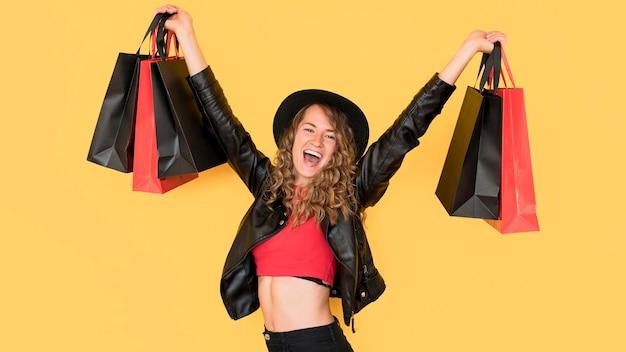 Zwarte vrijdag verkoop concept gelukkige vrouw