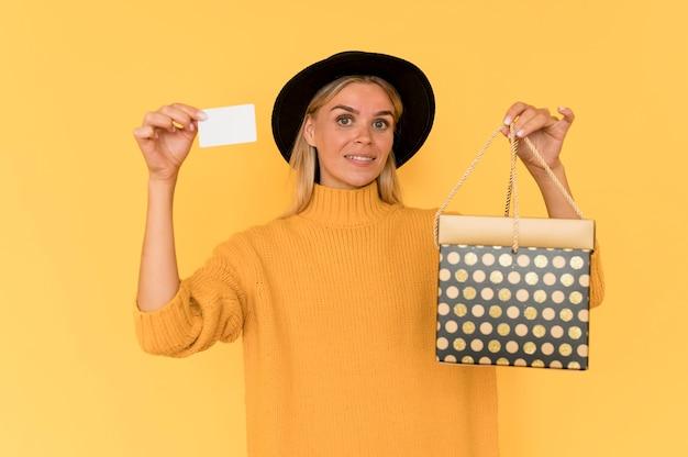 Zwarte vrijdag verkoop concept vrouw en geschenkdoos