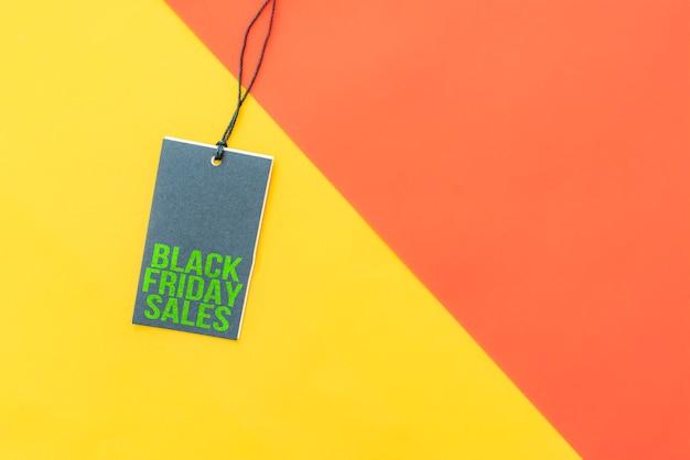 Zwarte vrijdag verkoop korting op een prijskaartje geïsoleerd op kleurrijke achtergrond.