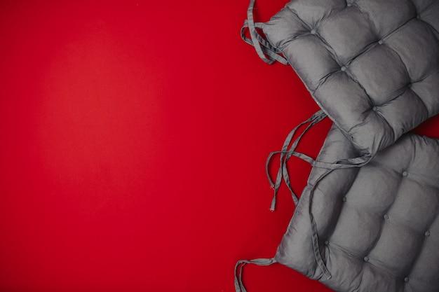 Zwarte vrijdag verkoop plat lag, banner voor thuis goederen winkel, zacht grijs kussen op het rode oppervlak,