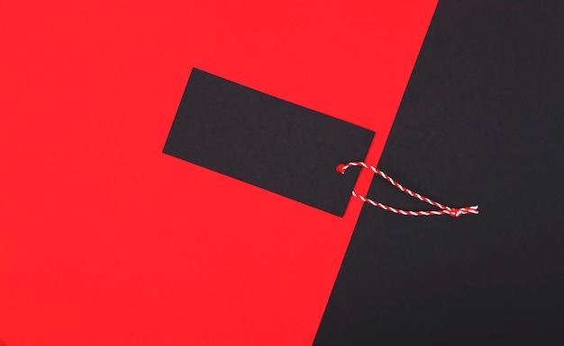 Zwarte vrijdag verkoop tag, blanco label op rood.