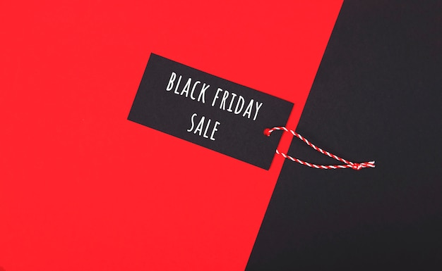 Zwarte vrijdag verkoop tag. donker label op rood.