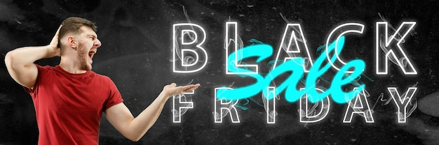 Zwarte vrijdag, verkoopconcept. neon verlichte letters op zwarte achtergrond. verbaasde man die wijst. negatieve ruimte. modern ontwerp. hedendaagse kunst. creatieve conceptuele en kleurrijke collage.