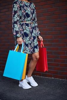 Zwarte vrijdag. vrouw met papieren zakken in haar hand. winkelcentrum.
