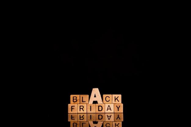 Zwarte vrijdagkubussen op zwarte achtergrond met exemplaar spacce