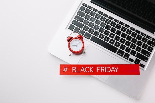 Zwarte vrijdaglaptop en klokverkoop