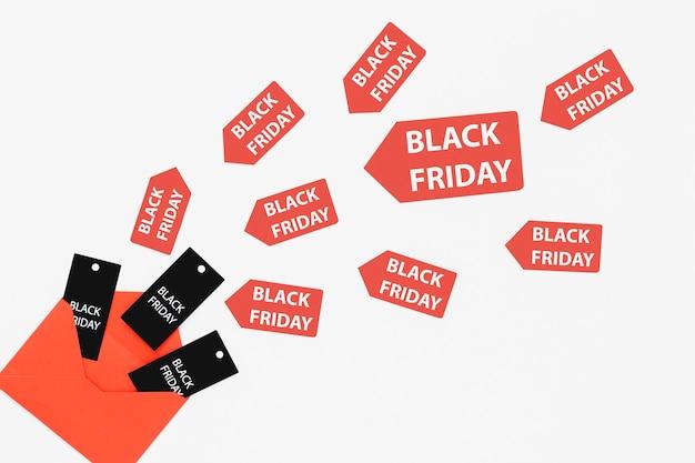 Zwarte vrijdagmarkeringen en stickers die uit envelop komen
