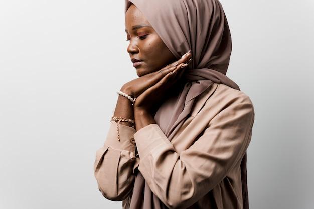 Zwarte vrouw bidt in god. religieus meisje. islamitische religie