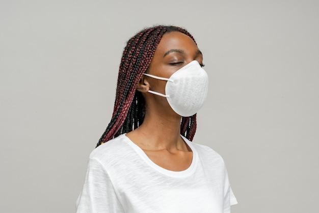 Zwarte vrouw die een masker draagt