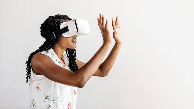 Zwarte vrouw die geniet van een sociale sjabloon voor een vr-headset