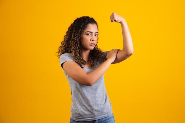 Zwarte vrouw die teken maakt van strijdbaarheid of onafhankelijkheid