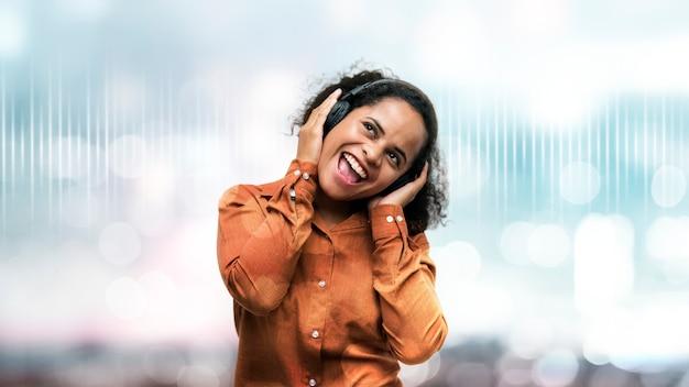 Zwarte vrouw geniet van wat muziek