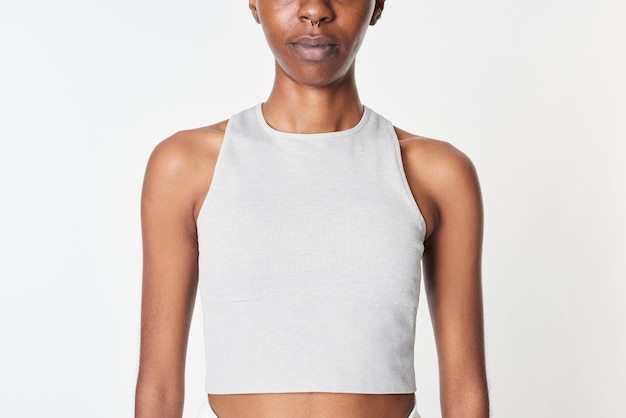 Zwarte vrouw in een grijze crop top mockup