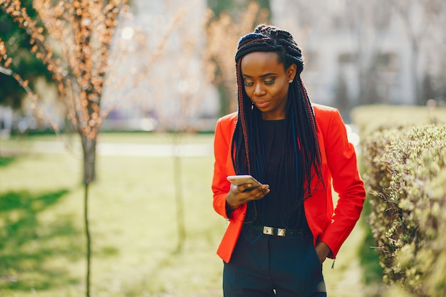Zwarte vrouw in een park