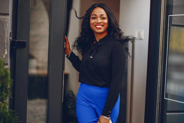 Zwarte vrouw in een stad