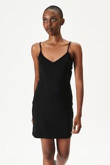 Zwarte vrouw in een zwarte getailleerde jurk