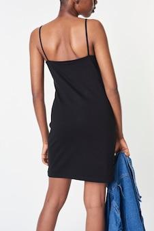 Zwarte vrouw in een zwarte getailleerde jurk Gratis Foto