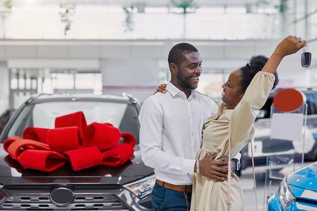 Zwarte vrouw is blij nadat ze van haar man een auto heeft gekregen