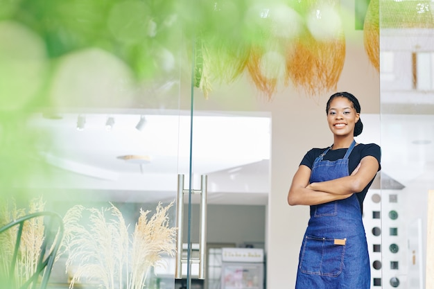 Zwarte vrouw is net begonnen met een bakkerij