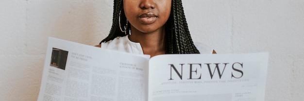 Zwarte vrouw leest een krant
