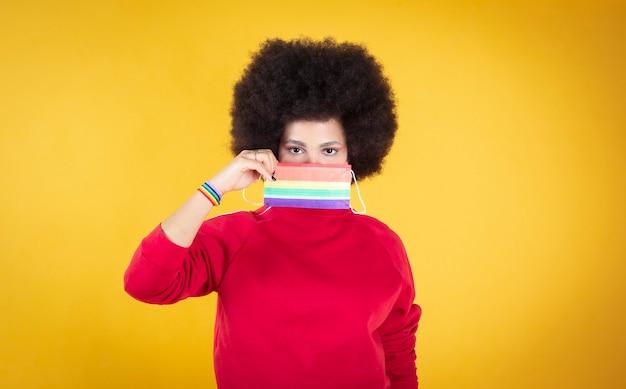 Zwarte vrouw met afrohaar houdt lgbtq vlag gay pride